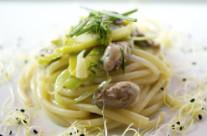 Spaghettoni acqua e farina con ostriche, porro e coriandolo
