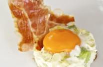 Uova al tegamino con broccolo romano e speck croccante