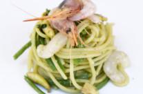 Insalata tiepida di pasta con gamberi, gobbi, fagiolini e funghi champignon