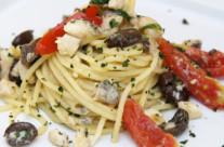Spaghetti con pesce sciabola e olive di Gaeta