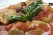 Raviolo di farina di castagna e baccalà il salsa leggera di pomodoro fresco