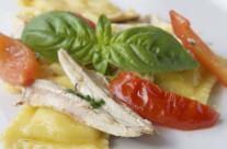 Ravioli 'cacio e pepe' con alici, pachino e basilico