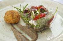 Gnocco croccante di patate e cefalo calamita con hummus di lenticchie di Ventotene e puntarelle